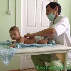 Врач делает массаж маленькому ребенку