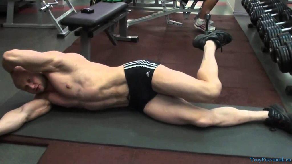 Упражнение лежа боком на полу