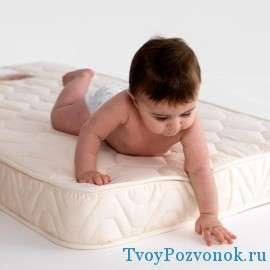 Важно с первых дней подобрать ребенку ортопедический и удобный матрас