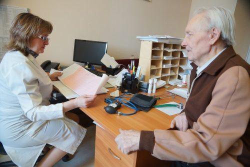 Чаще всего склероз позвоночника возникает у пожилых людей